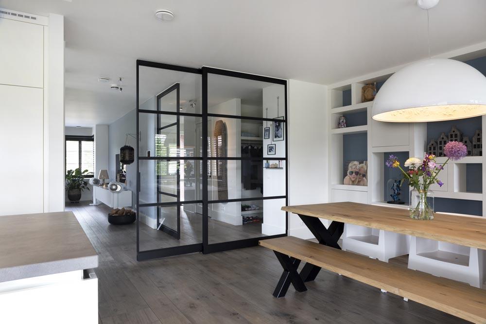 porta e pareti a bilico in vetro e metallo