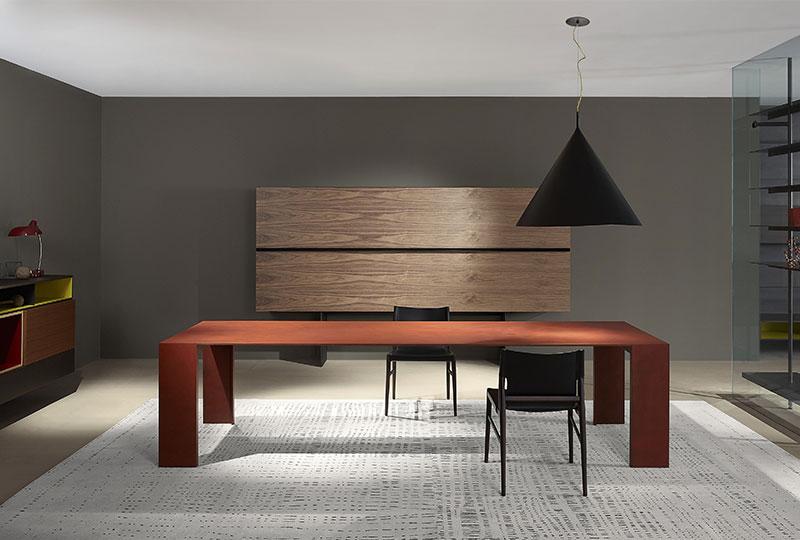 tavolo in metallo finitura di colore rosso
