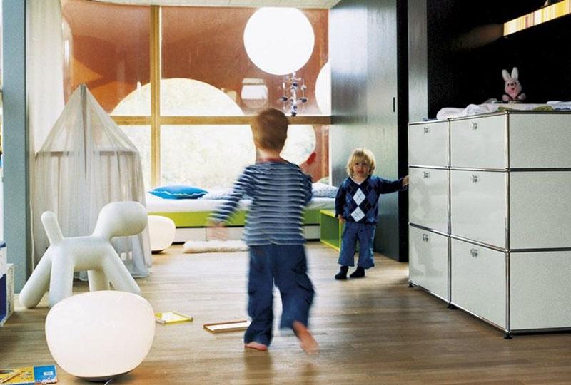 mobile contenitore USM Haller bianco nella stanza dei bambini