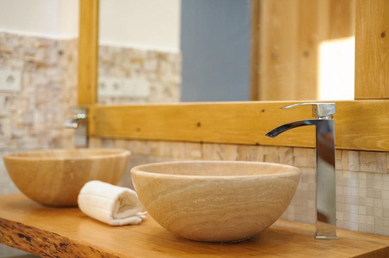 lavandini in pietra appoggiati su mensola in legno