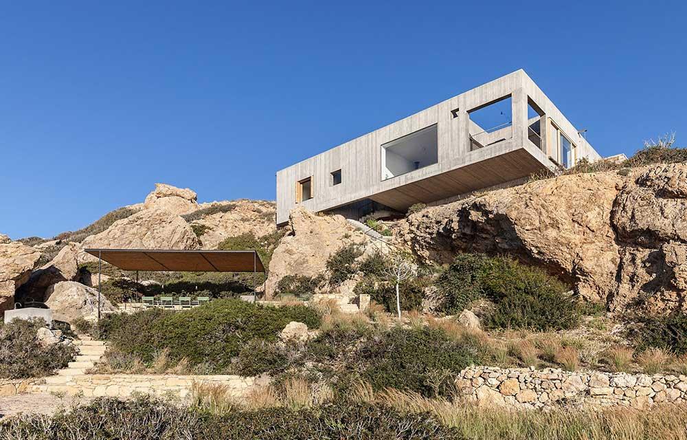 casa contemporanea in cemento sulla scogliera