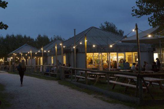 theehuis in de avond