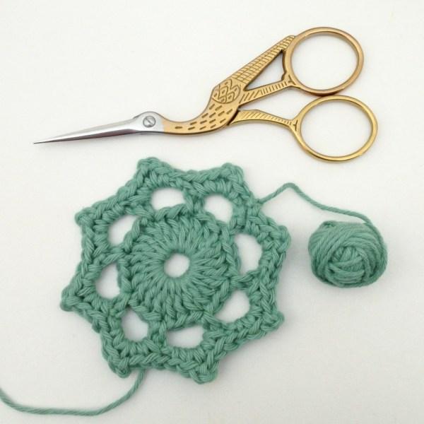 Crochet motif flower, variation of the crochet Maybelle Flower