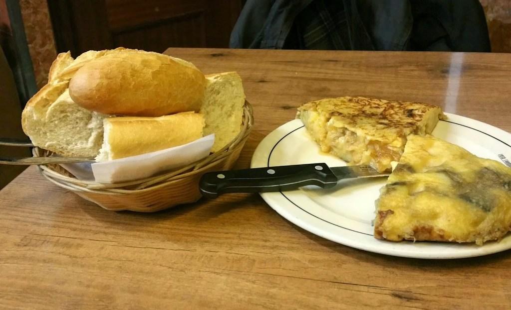 Tortilla de patata de berenjena y solomillo y queso en Bar Casa Paco. Fuente: Vanessa Martiny para Devinos con Alicia
