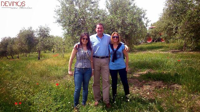 Joaquín Claramunt con Gloria y Alicia de Devinos con Alicia. Fuente: Devinos con Alicia