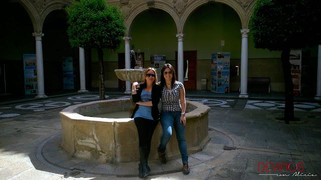 Gloria Argandoña y Alicia Gómez en el Palacio de Jabalquinto, sede de la Universidad Internacional de Andalucía. Fuente: Devinos con Alicia