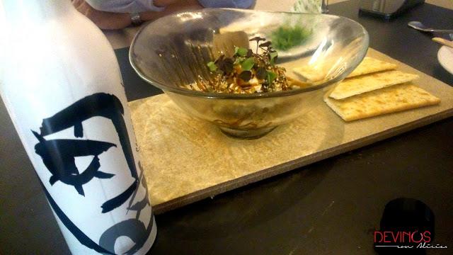 Terrina de queso fresco,mezclum de setas y miel de caña, creación de Marcos Castillo en gastrobar Tendal (Baeza). Fuente: Devinos con Alicia