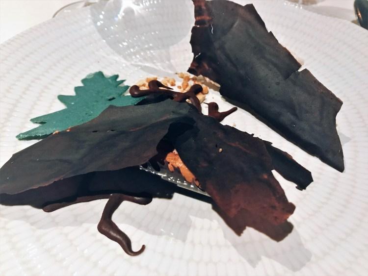 A un olmo seco// Mousse de chocolate de monte, praliné crujiente de almendra y piñón caramelizado. Soria, gastronomía poética by Luis Bartolomé. Copyright: Alicia Gómez para www.devinosconalicia.com