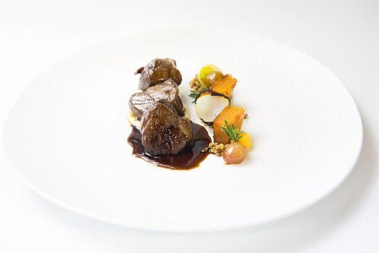 Ciervo asado con puré de coliflor, cebollitas y calabaza, Cenador de Amós. Copyright: #DegustaCantabria