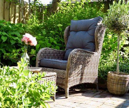 Landelijke tuinstoel met hocker