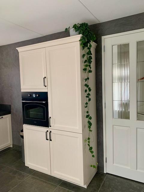 Losstaande landelijke keukenkast met hangplant
