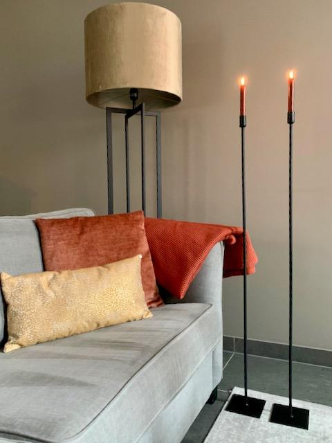 Hoge vloerkandelaar vloerlamp hotel chique oranje kussens