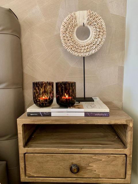 Stijlvol wonen magazine windlicht tijgerprint ornament met schelpen nachtkastje met vak