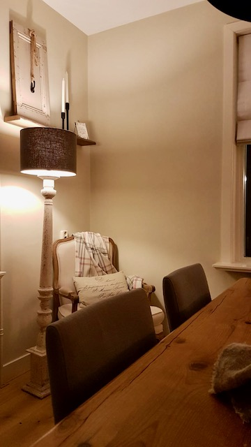 Geruit plaid baluster vloerlamp oud deurtje Franse fauteuil