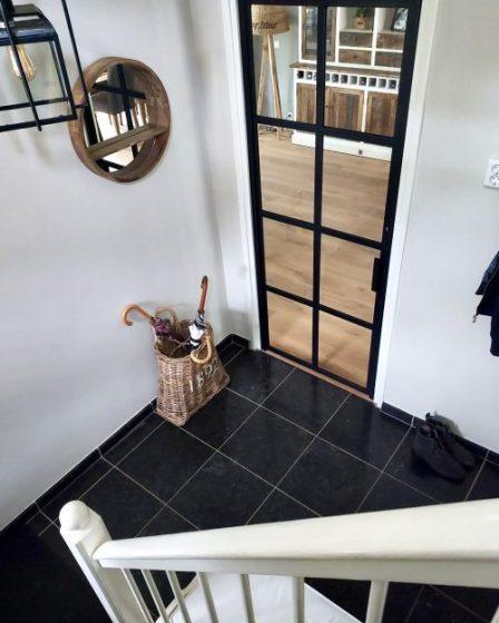 Zwarte tegels hal stalen deur Riviera Maison paraplumand