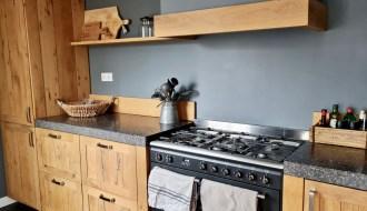 Landelijke houten keuken met grijze achterwand