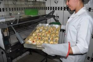 Durante as atividades práticas, os alunos mantêm uma produção média de 700 pães por semana. Foto: Marcos Luiz/PMD