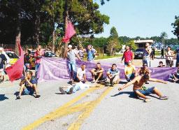 Manifestantes fazem caminhada até sede da Ecovias em Diadema