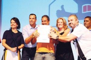 Michels entrega título de propriedade para 545 famílias do Morro do Samba e lança oficialmente o Casa Legal