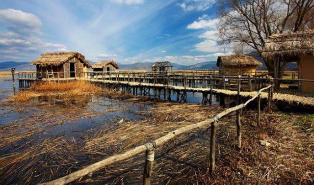 Μεγαλοπρεπή αρχοντικά, πέτρινα καλντερίμια και μια λίμνη ηλικίας 10.000.000 ετών. Γνωρίστε την Ελληνική πόλη που λατρεύουν οι φωτογράφοι