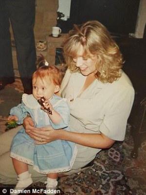 Η Τάνια που κρατούσε την ανιψιά της Ashleigh στη δεκαετία του '80