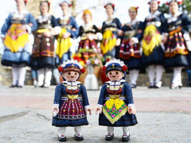 Playmogreek του Πέτρου Καμινιώτη με τοπικές φορεσιές από την Κοζάνη
