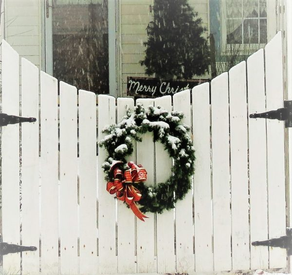 Christmas-decor-white-picket-fence