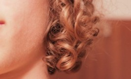 curly hair 101: Image of blonde curls beside a face
