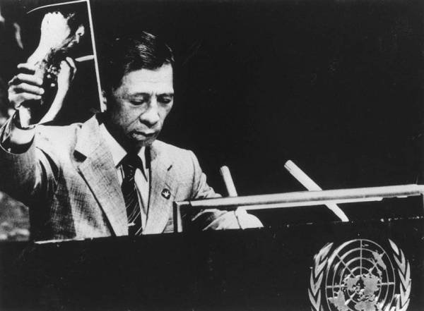 'No more Nagasakis': Senji Yamaguchi, a Nagasaki A-bombing survivor and a leading figure in Japan's anti-nuclear movement, addresses the second U.N. special session on disarmament in New York in June 1982, holding up a photo of the injuries he sustained in the August 1945 attack. | UPI/KYODO