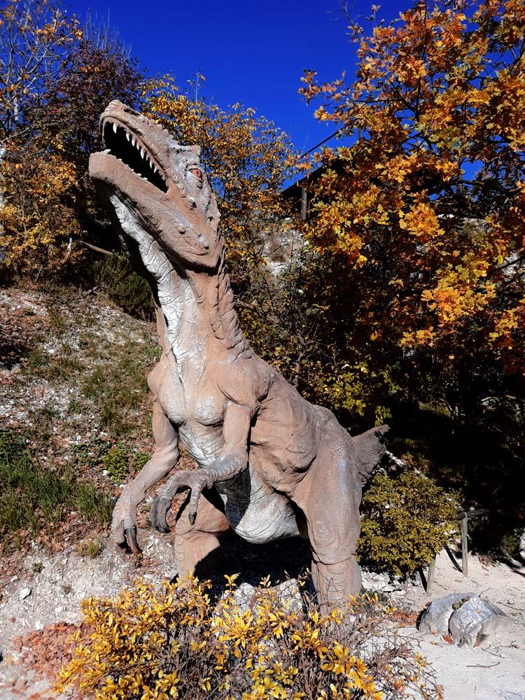 dinosauro all'ingresso del museo