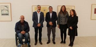El alcalde de Vélez-Málaga, Antonio Moreno Ferrer, junto a la directora del Centro de Arte Contemporáneo 'Francisco Hernández' de Vélez-Málaga y comisaria de la exposición, Mari Luz Regureo, y otros ediles del Ayuntamiento veleño.
