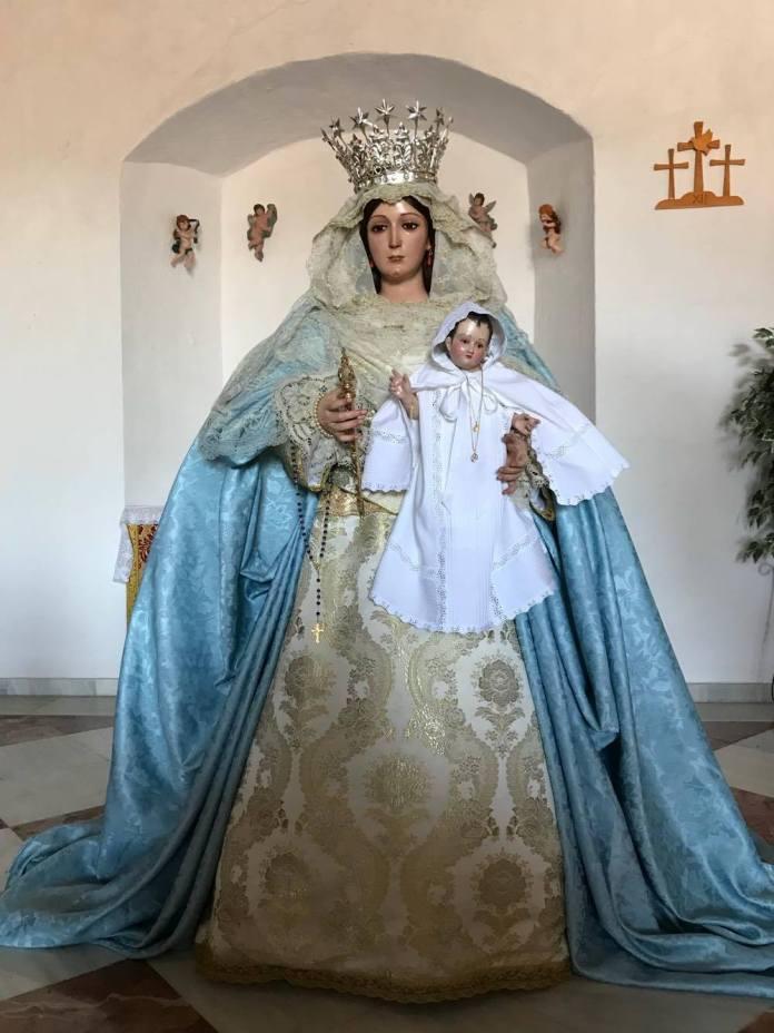 Nuestra Señora Reina de los Ángeles, patrona de la localidad, ha sido vestida para estas fechas navideñas.