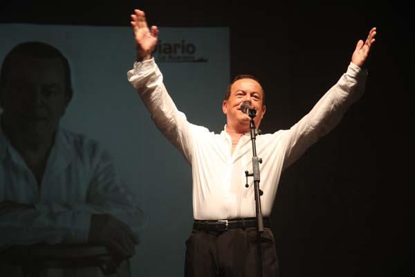 Imagen del artista veleño Pepe Luis Conde en una actuación homenaje de DIARIO AXARQUIA.
