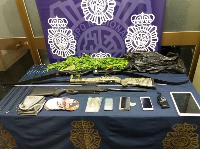 La Policía Nacional interviene drogas, armas y material informático en la caravana del hombre detenido por corrupción de menores