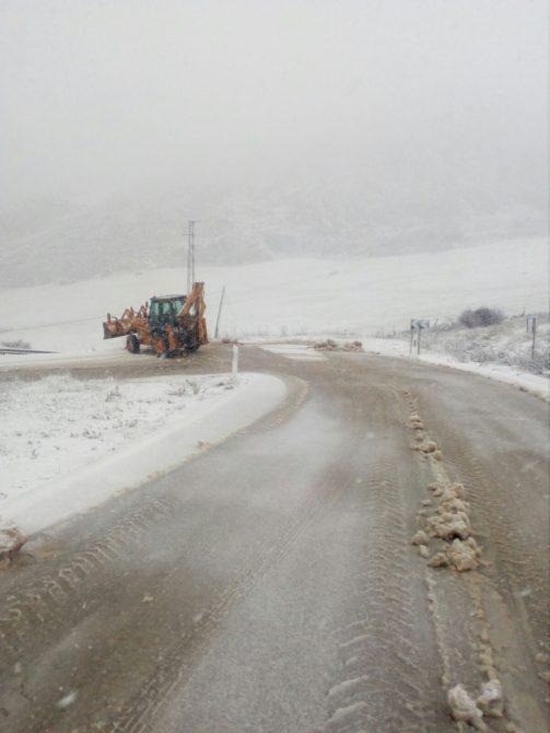 La Junta de Andalucía ha desplegado entre ayer y hoy una treintena de medios terres-tres para paliar los efectos de las nevadas en las carreteras de la provincia de Málaga.