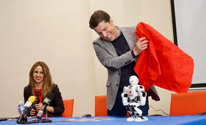 Torrox se posiciona en Fitur en el podio de destinos inteligentes de la mano de un robot