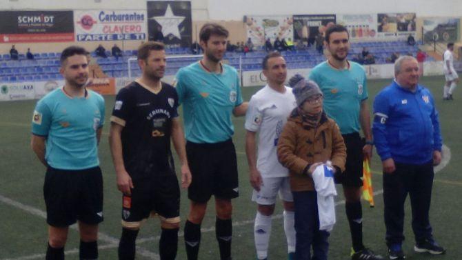 El equipo le ha regalado una camiseta al pequeño Alberto Guerra.