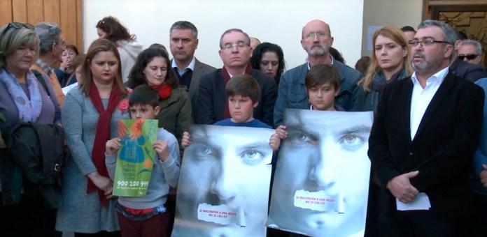 Minuto de silencio en La Viñuela por el asesinato machista de su vecina Maria Adela Fortes