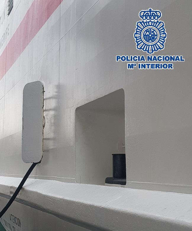  Los tres jóvenes, entre 18 y 23 años de edad, embarcaron clandestinamente en el puerto de Melilla y viajaron en el exterior del buque durante más de siete horas y en unas condiciones climatológicas adversas.