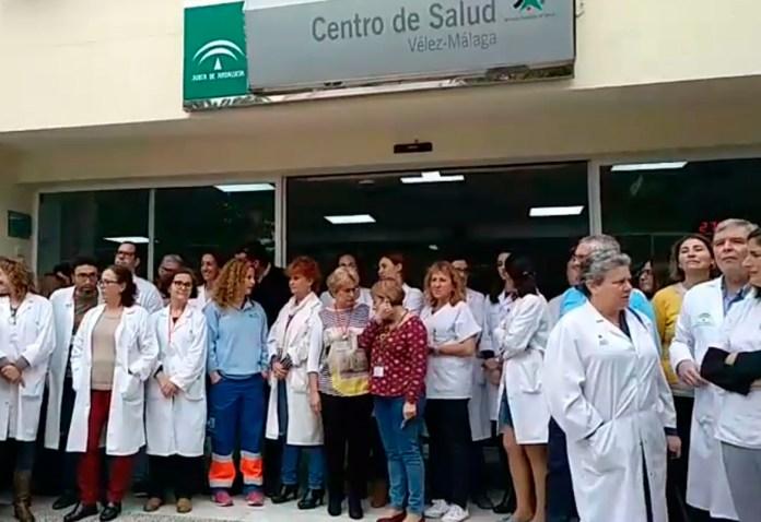 Profesionales Sanitarios se ha concentrado esta mañana en las puertas del Centro de Salud Vélez Sur para condenar los hechos.