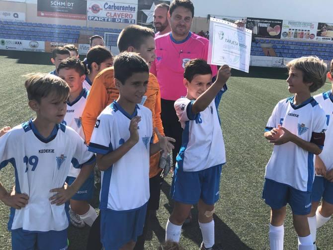 Alejandro Palacio, con  la Tarjeta Verde concedida por la Federación Malagueña de Fútbol. Foto: Escuela de Fútbol Francisco Castejón.