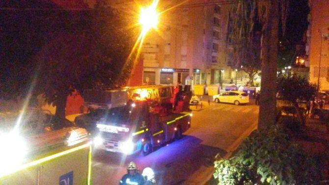 El fuego se declaró a las 23.20 horas en un edificio de cuatro plantas en el número 9 de la calle Molino Velasco de Vélez-Málaga. Foto: Gabinete Prensa Ayuntamiento Vélez-Málaga.