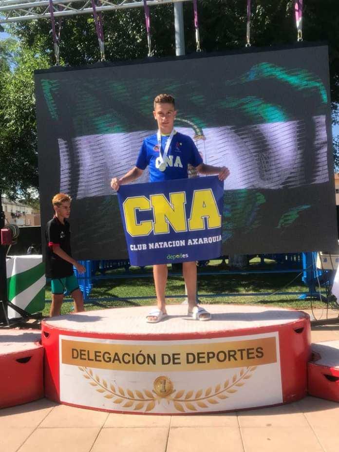El nadador Torreño Daniel Muñoz, se cuelga cuatro metales en el campeonato andaluz de natación alevín, siendo campeón de Andalucía en la prueba de los 200 estilos.