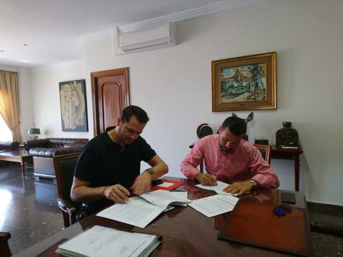 Óscar Raúl Jiménez teniente alcalde de Nerja junto al representante de la empresa Ricoh España S.L.U, se han reunido con motivo de la firma del contrato del servicio de mantenimiento del software WMware y Veeaam de los sistemas informáticos del Ayuntamiento de Nerja.