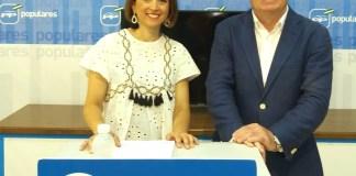 La secretaria general del PP de Málaga, Patricia Navarro,ha ofrecido una rueda de prensa en Vélez-Málaga junto al presidente local del PP,Francisco Delgado.