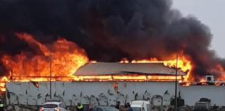 En el lugar se encuentran ya trabajando los bomberos y varios efectivos de la Policía Nacional y Policía Local de Vélez-Málaga.
