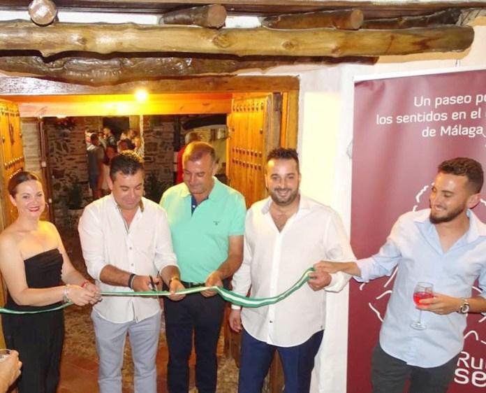 Momento de la reapertura del establecimiento con la presencia del alcalde de la localidad, Salvador Fernández.