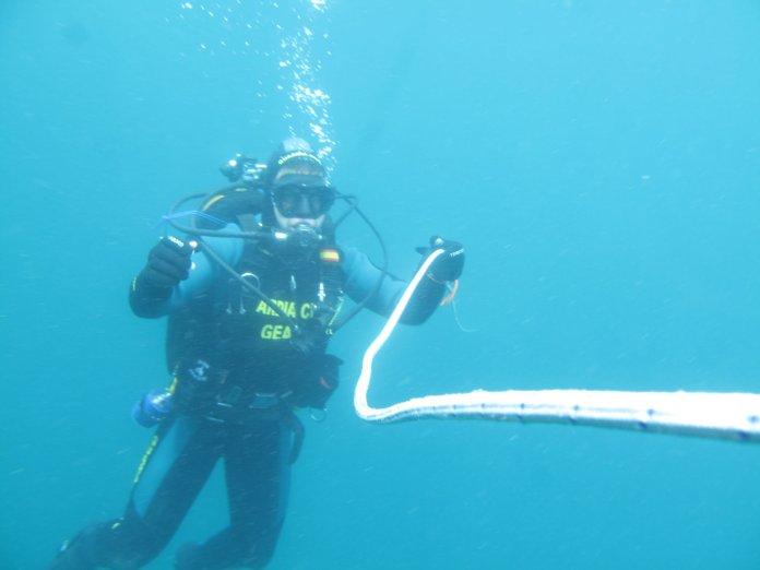 Efectivos de La Guardia Civil continúan las labores de búsqueda del buceador, desaparecido este pasado domingo día 22 de julio a unas cinco millas del Faro de Trafalgar. La familia pide el apoyo de Robots Submarino. Imagen: Guardia Civil.