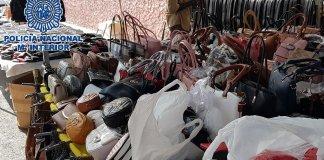  Los agentes han intervenido 10.000 artículos falsificados en 16 puestos del mercadillo municipal.