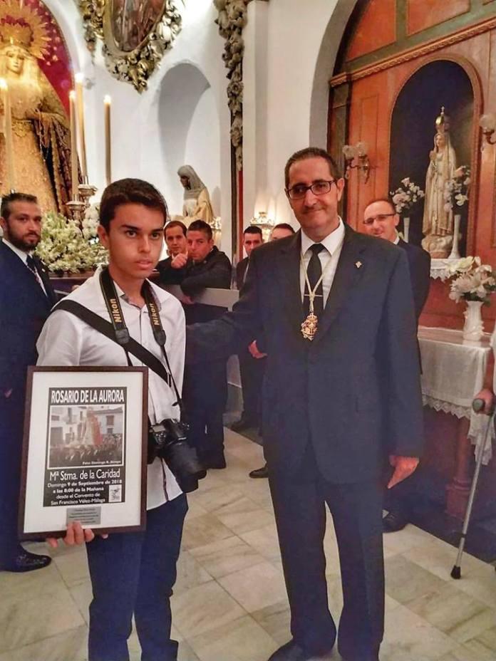 Momento en que nuestro hermano mayor hace entrega de un detalle al veleño Domingo Ruíz Arroyo, autor del magnífico cartel anunciador del Rosario de este año.